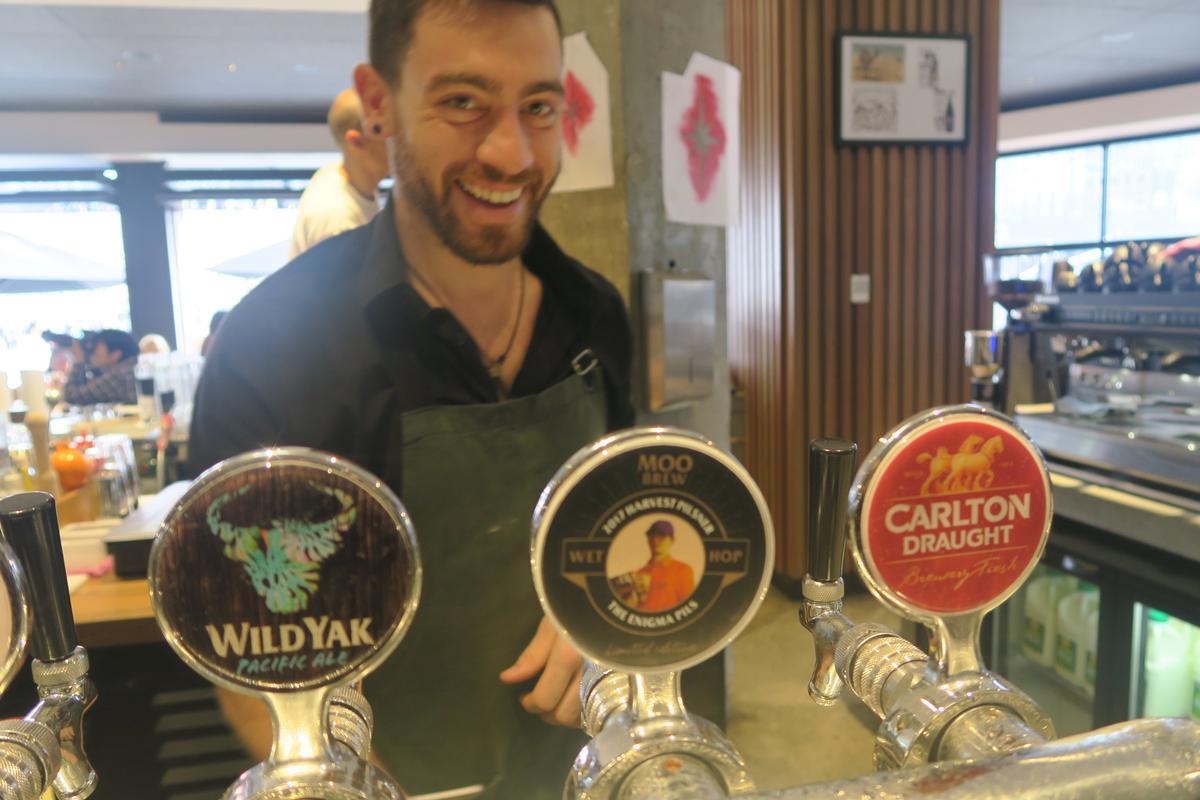 見到遊客,酒保總會熱心介紹本地啤酒,「MOO BREW」「Single Hop 12」「Dark ALE」都是墨爾本當地產品。
