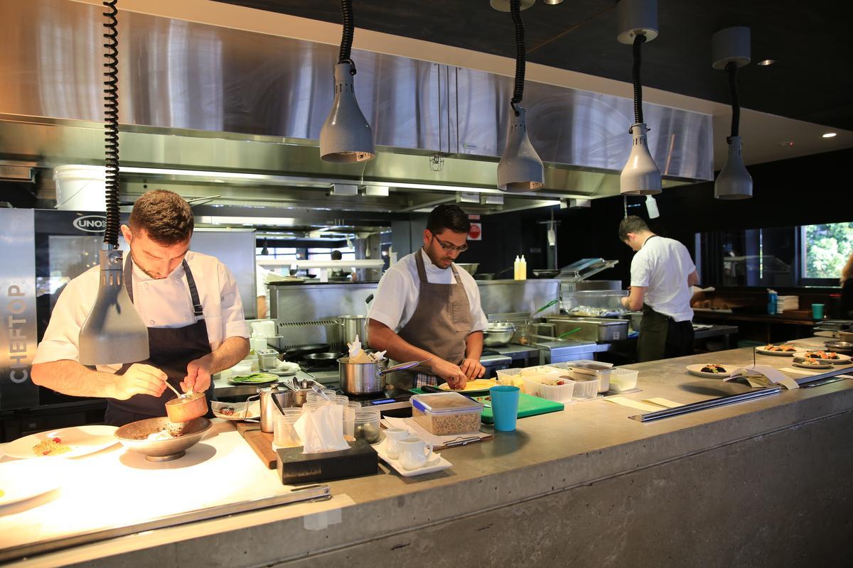 廚師們在2樓的開放式廚房精心準備餐點。