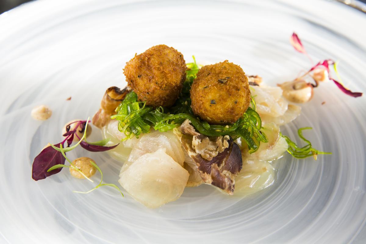 酥炸鵪鶉蛋底下是類生魚片風味的煙燻石首魚,綴以日式若芽海苔,是有點Fusion的好味道。(澳幣19元/份,約NT$423)