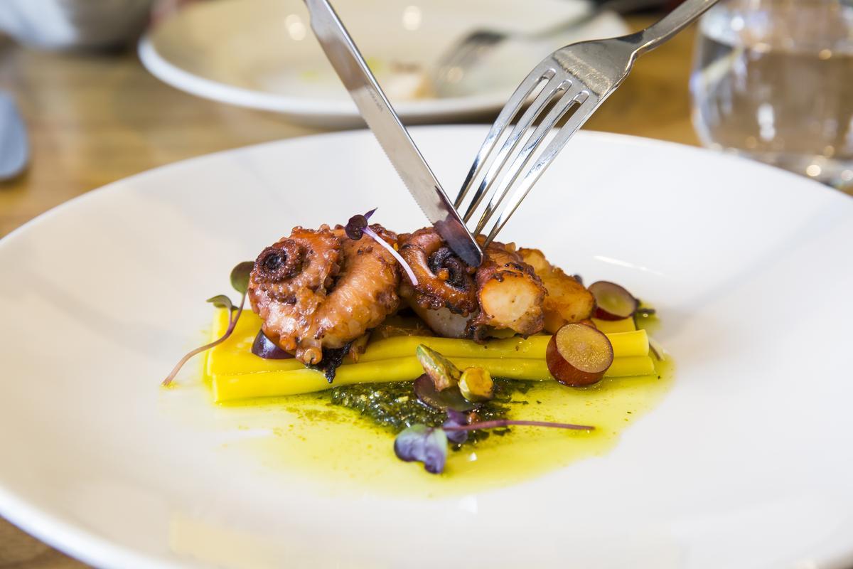 柔嫩的八爪魚與吸足海味的寬麵相得益彰,新鮮葡萄的調味也是亮點。(澳幣21元/份,約NT$468)