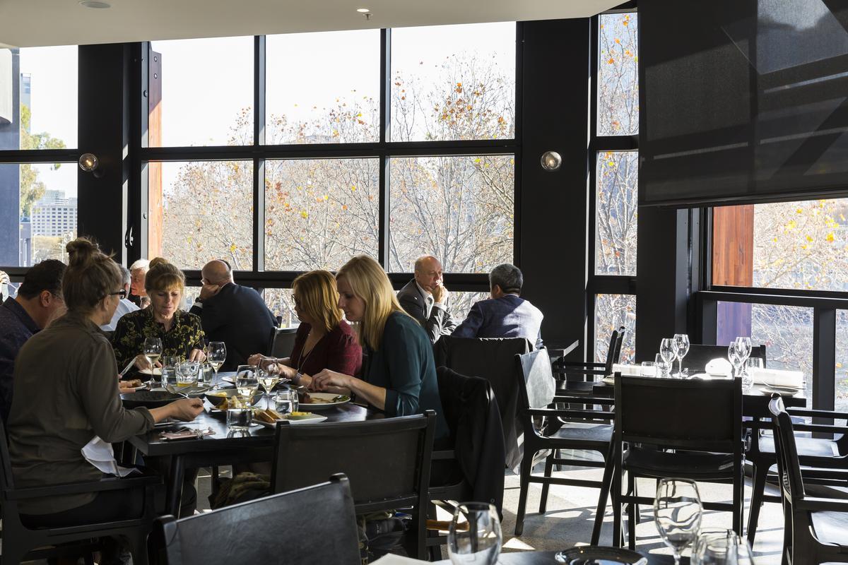 樓上是比較正式的用餐空間,常見衣著整齊的上班族來聚餐。