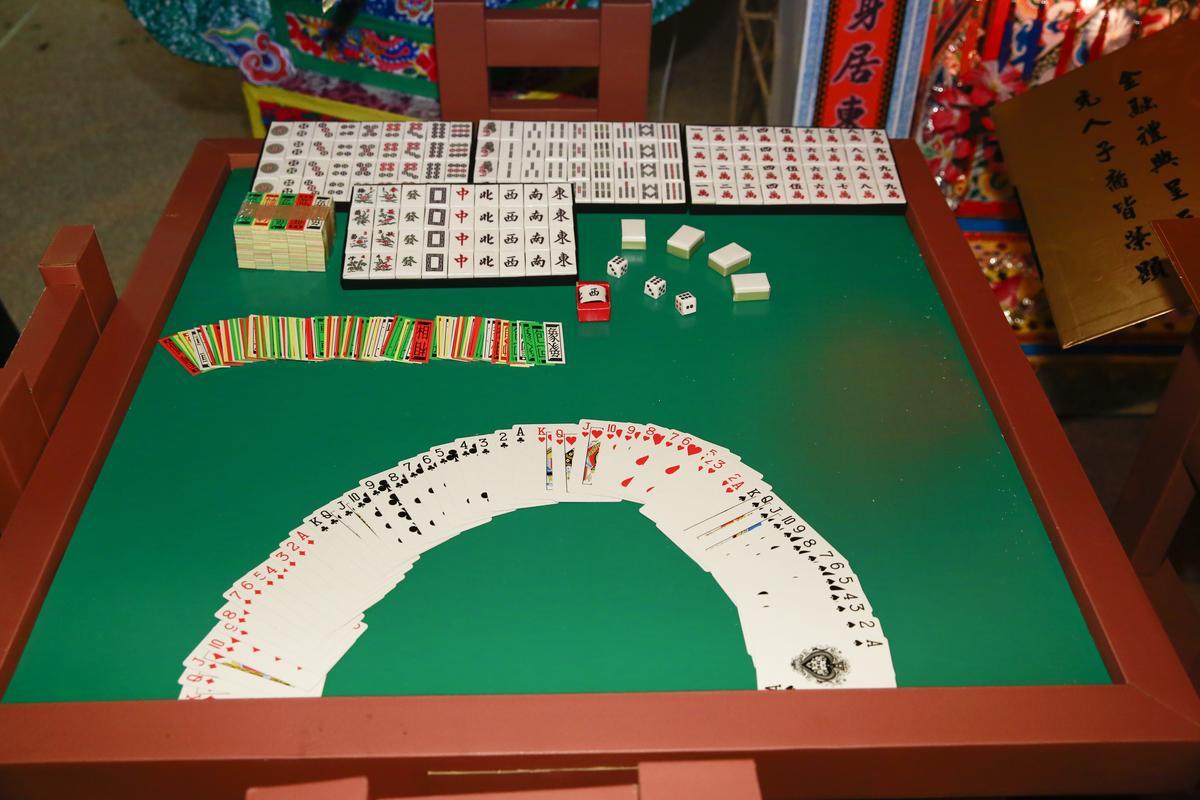 雖然已經戒賭,紙紮的用品裡還有麻將桌。