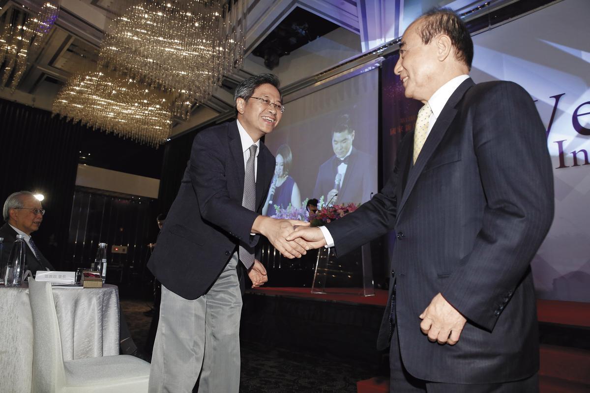 生策會過去在王金平(右)擔任會長時,與政府溝通良好,但去年會長改由張善政(左)擔任後,與蔡政府默契不再。