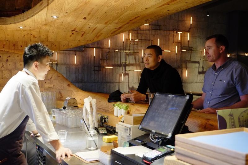 RAW的主廚江振誠(中)力邀澳洲餐廳「Brae」的主廚Dan Hunter(右)來台,讓客人體驗不同的料理文化。