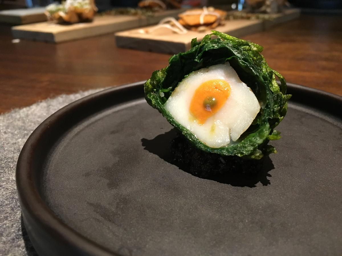 以菠菜、水蓮包覆干貝再以香椿醬襯底的料理,是RAW的夏季菜色。