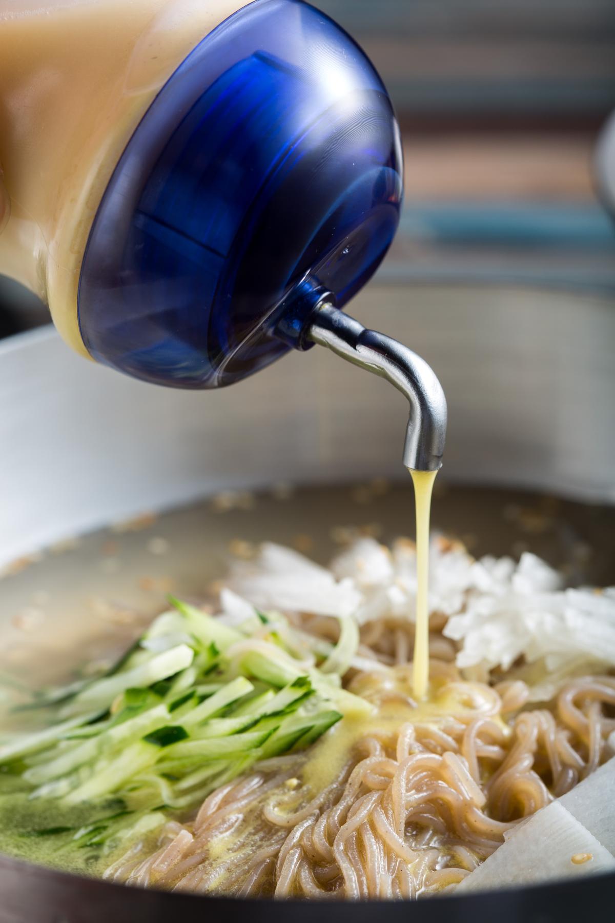 嘗過「韓式冷湯麵」的原味口感,可以再加點白醋和黃芥末醬,滋味變得酸甜微嗆。