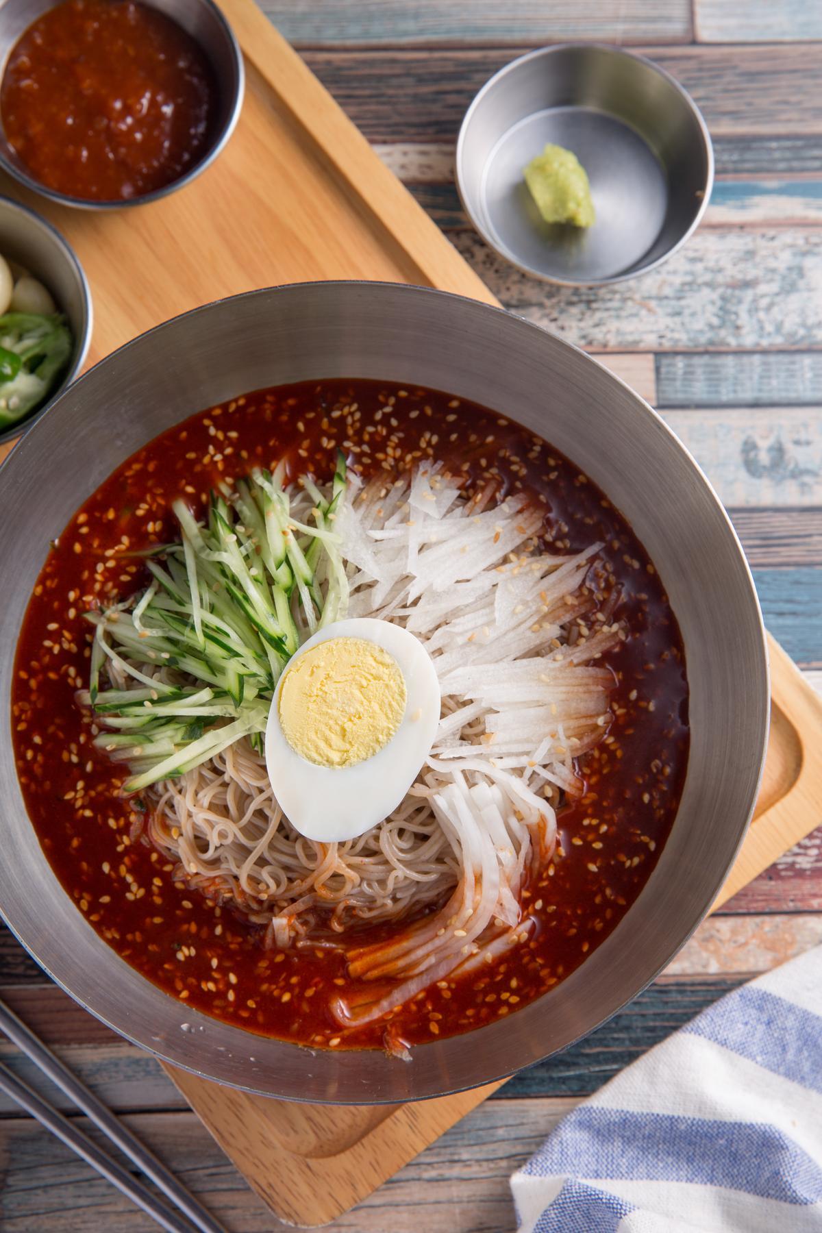 「涼拌冷麵」的醬汁辣香帶勁,水梨絲和水煮蛋有解辣效果。