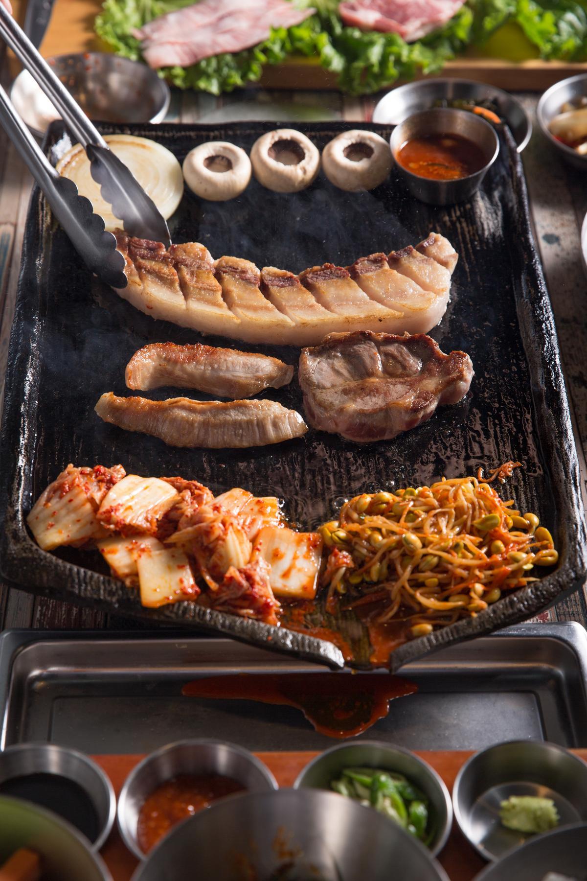 韓國進口的純鐵鐵盤,可以把豬肉烤到外皮焦黃脆口,裡頭鮮嫩多汁。