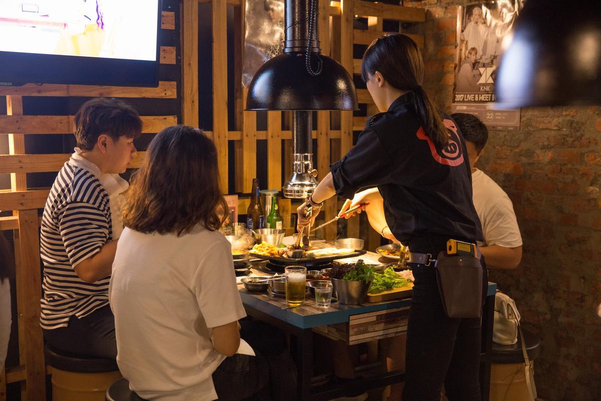 來這吃烤肉會有專人幫忙代烤,可以專心吃肉、聊天很享受。