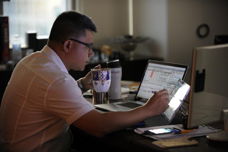 知名財經講師謝晨彥,過去曾做交易做到夜夜失眠甚至掉頭髮。