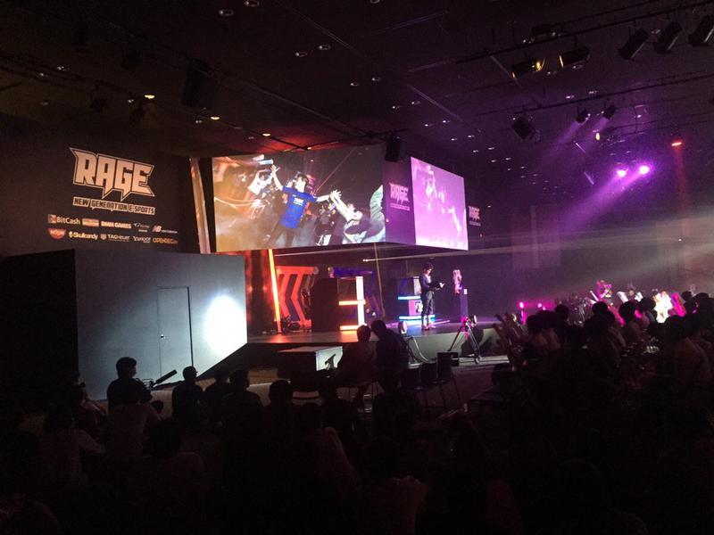 Rage是日本國內數一數二大得電競賽事,隔數月舉辦一次。圖為亞軍SOS選手登台畫面。(twitter@eSports_RAGE )