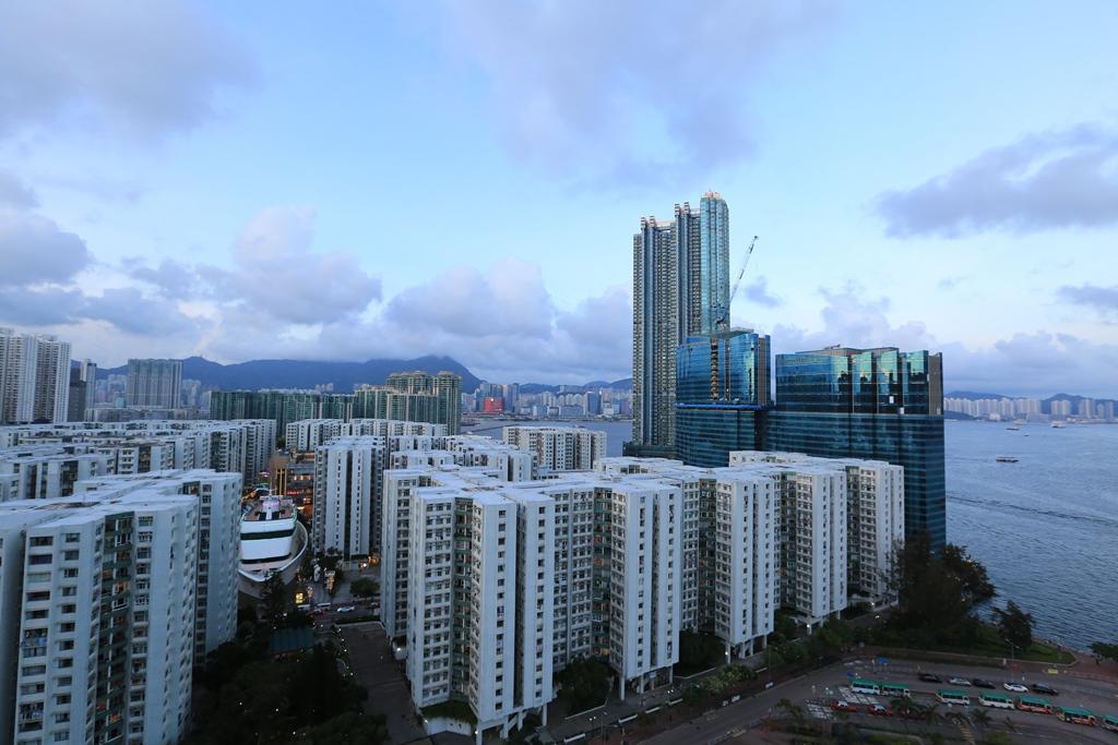 從總統套房的戶外露台,可望見黃埔的街景,遠方則是被高樓遮擋的香港地標獅子山。