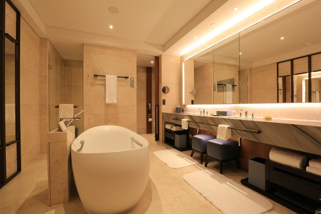 浴室面積頗大,還有一個四腳浴缸,足夠粉絲們想入非非。