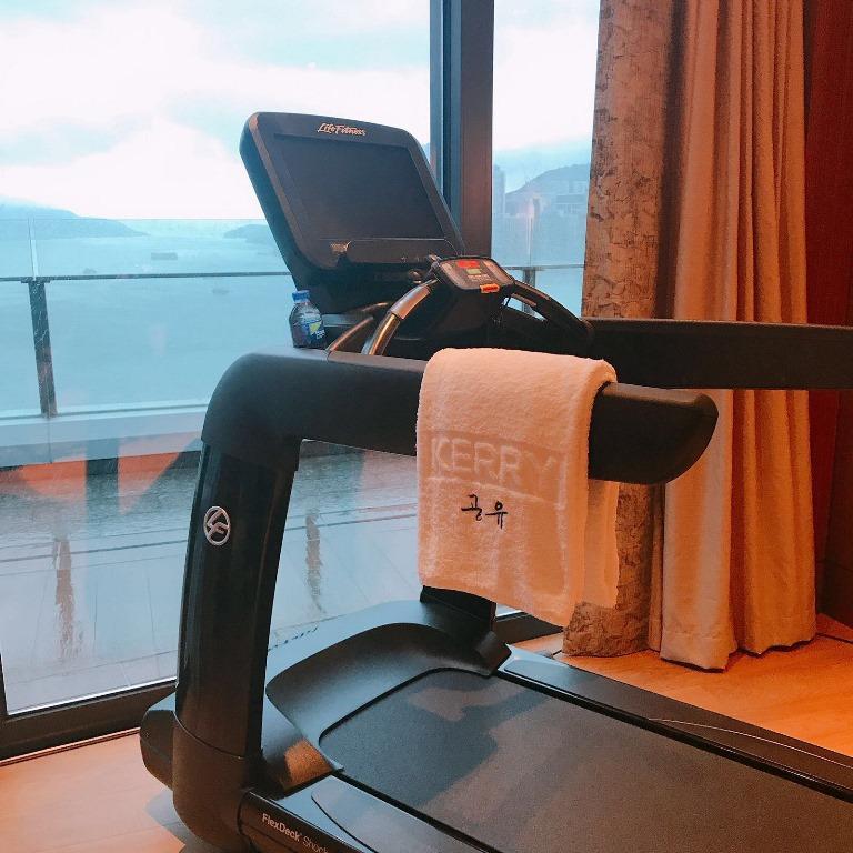 酒店為熱愛健身的孔劉準備一台跑步機,連擺在上頭的浴巾都繡上韓文的「孔劉」兩字。