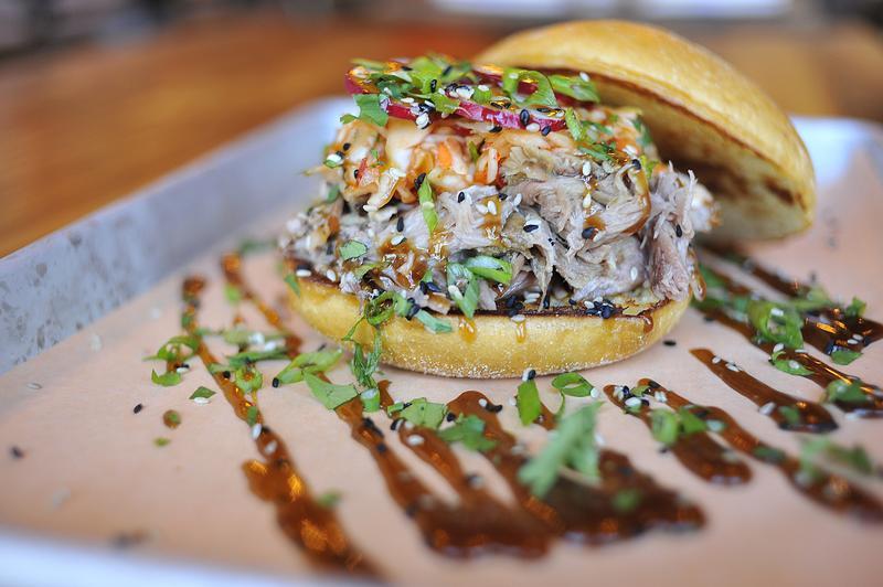 韓食接受度漸增,佛州一家餐廳提供泡菜口味的烤肉漢堡。