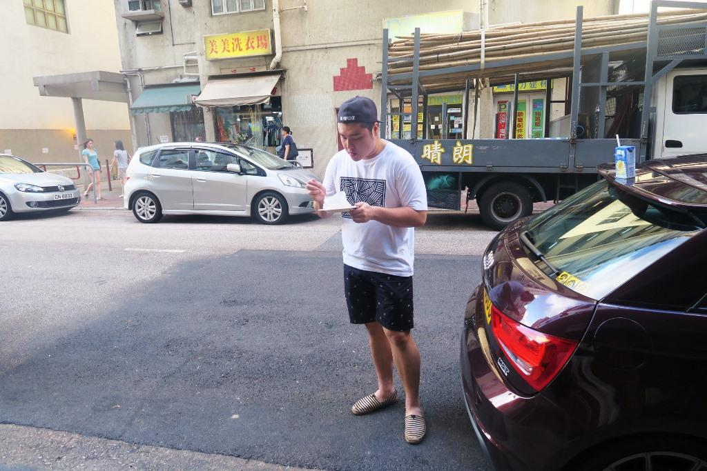 有人買了燒賣小食,就在路邊當場開吃。