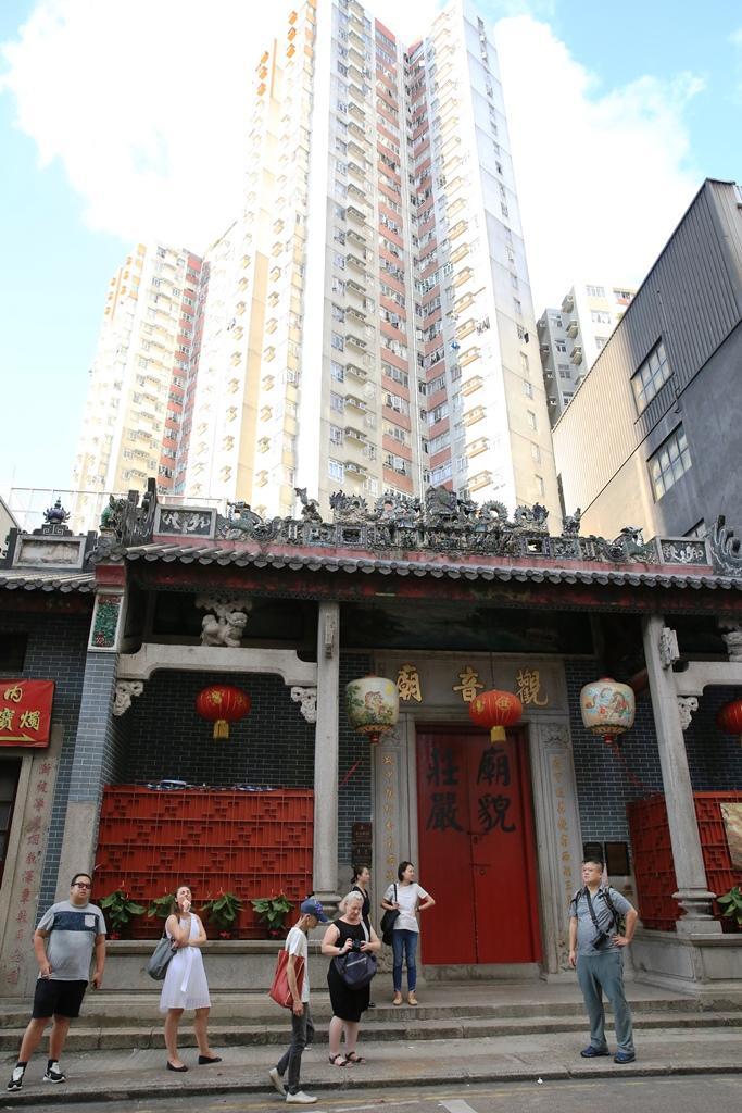 高樓映襯下的「紅磡觀音廟」,氣勢仍是不凡。