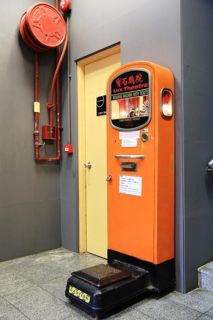 一樓門口放了台古董體重計,看電影、量體重,似乎是港澳兩地戲院界早年的一種潮流。