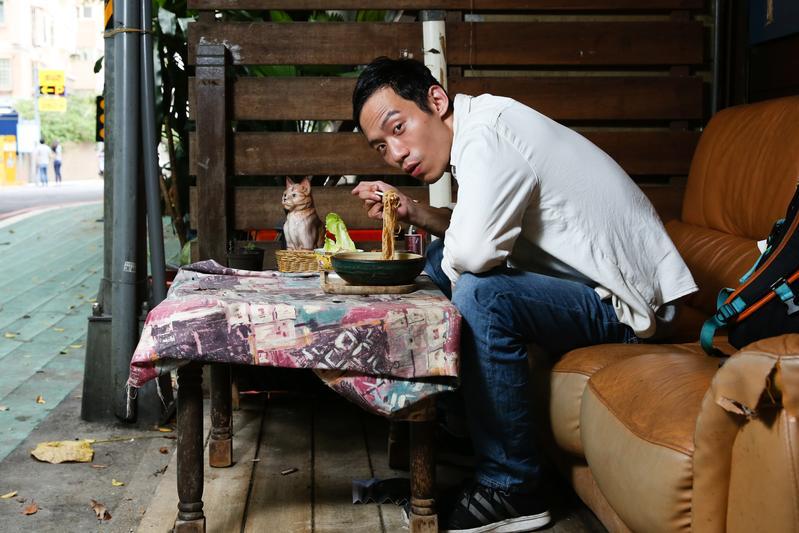 在《台北物語》裡,張哲豪跟一個瓷器狗演對手戲,他吃午餐的咖啡店外剛好也有個瓷器貓。