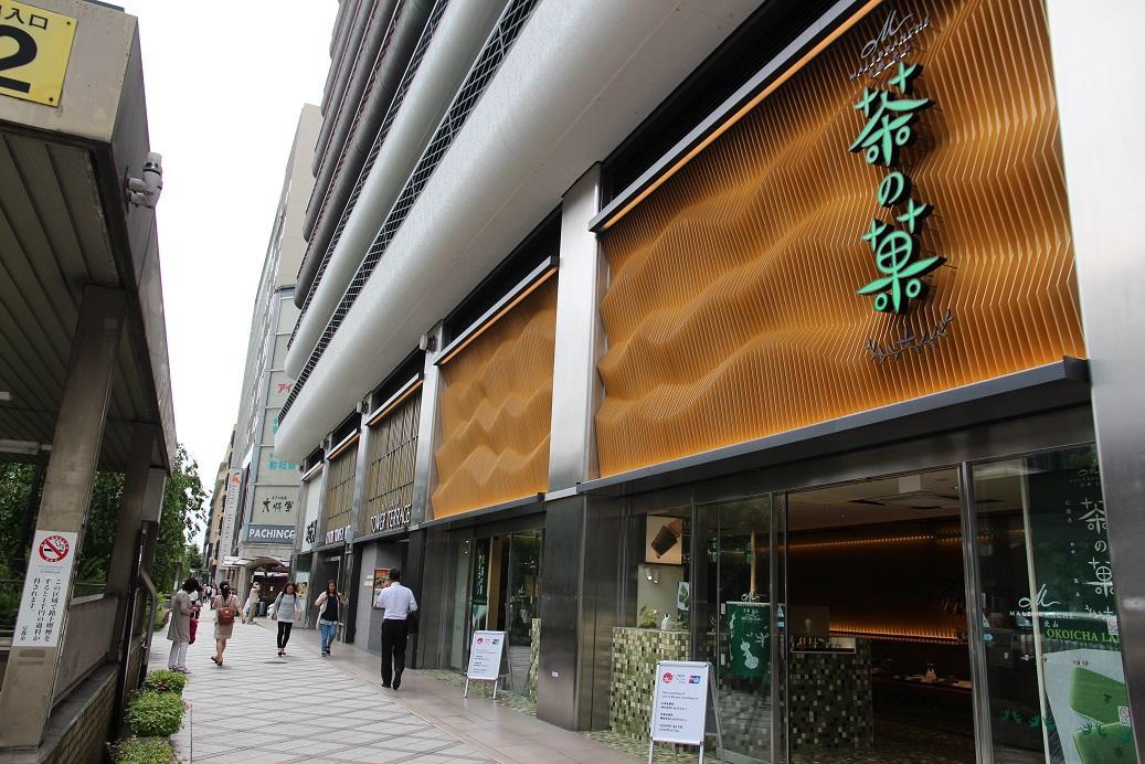 店內外觀採取日本町家的格子窗造型設計。