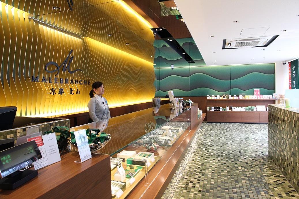 店內地板則是信樂燒的陶藝製作。