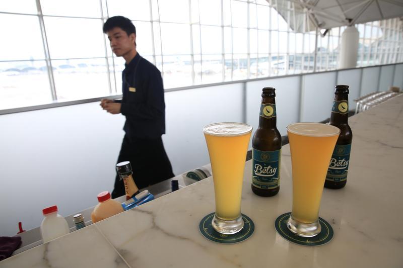 早晨在香港國際機場的國泰貴賓室裡喝精釀啤酒,是難得的放鬆享受。