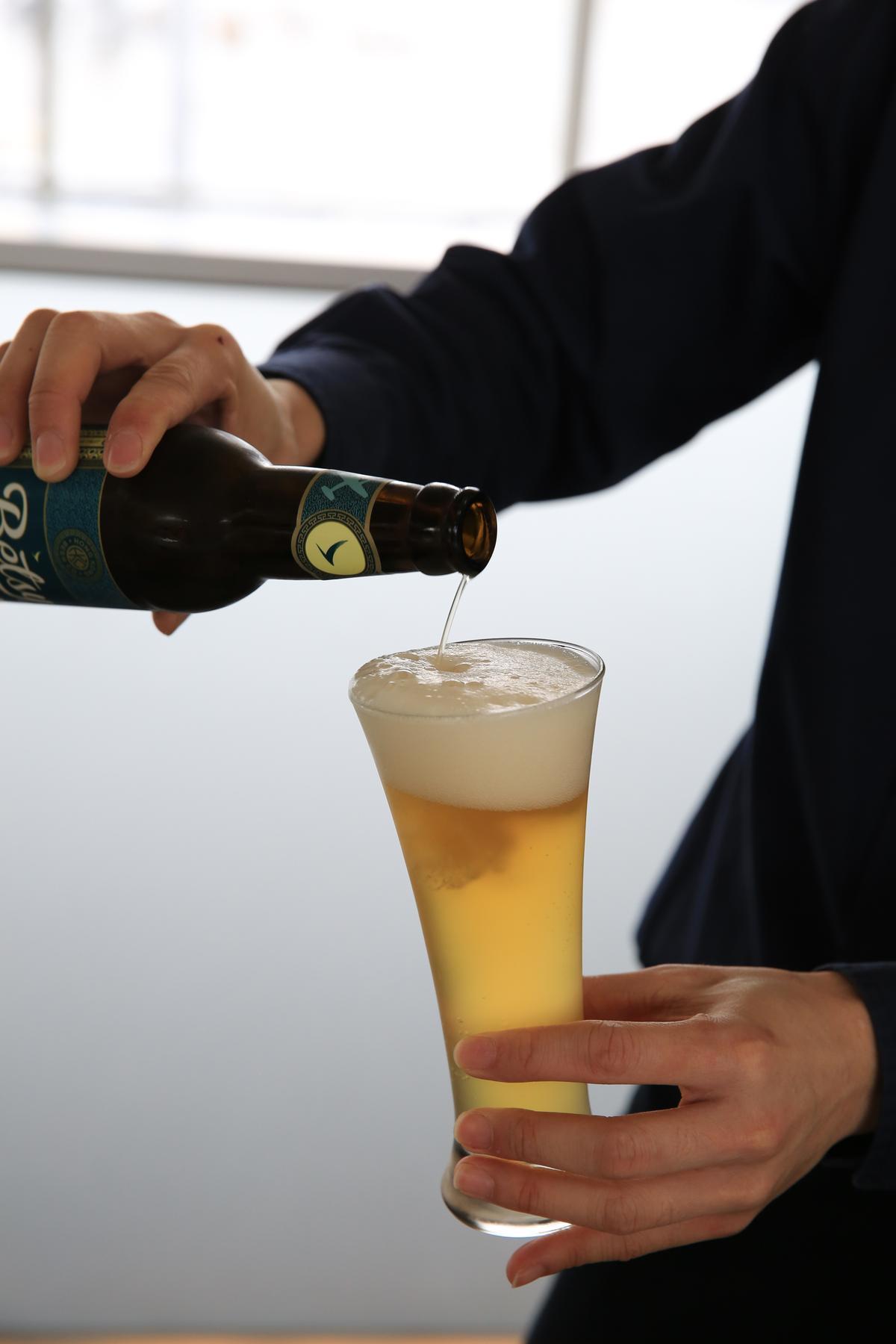 一大早吧台的服務員就忙著倒啤酒,淡金色的酒液,相當能挑起酒蟲。
