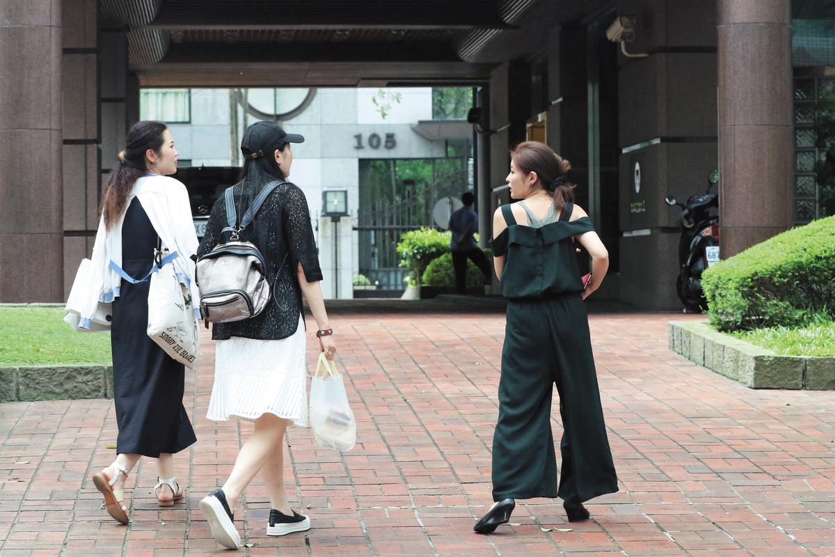 連續數日麻衣現身時,身邊都沒老公作陪,不然就是跟閨密打發時間,這天朋友來訪,她開心走出豪宅迎接。
