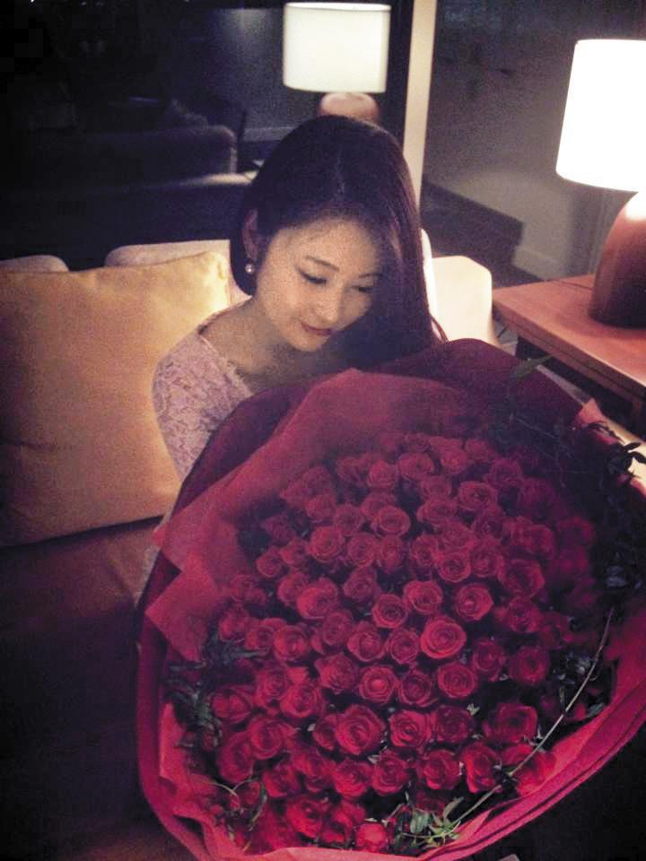 2人交往初始,麻衣貼出收到大束玫瑰的照片,並寫:「Thank you for everything.」(謝謝你給的所有),宣告有男友,王泉仁呼之欲出。(翻攝自麻衣臉書)
