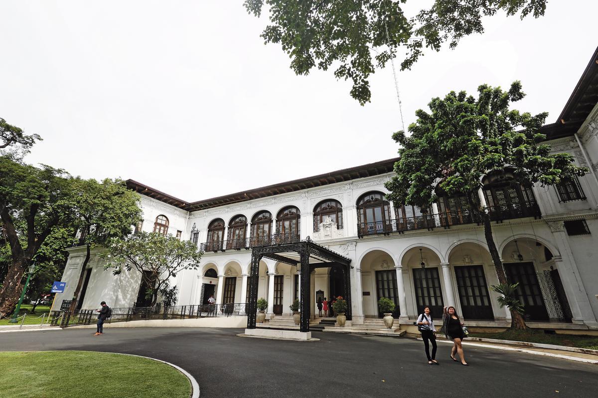 杜特蒂病況不輕,台灣中西醫加入醫療團隊後,經常赴菲國總統府馬拉坎南宮調養他的病情。
