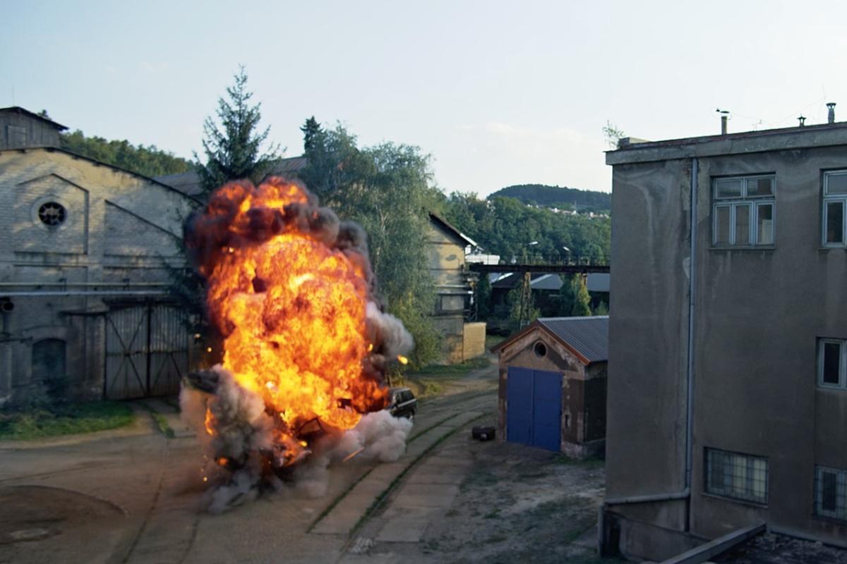 片中不少爆破場景,場面十分浩大。