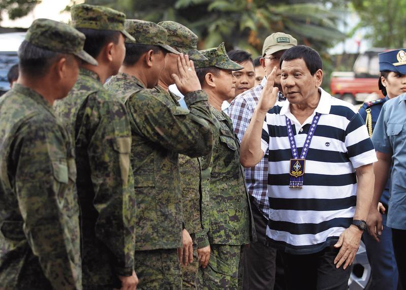 杜特蒂經台灣醫師調養後,6月17日復出視察菲國政府軍,但氣色仍不佳。(東方IC)