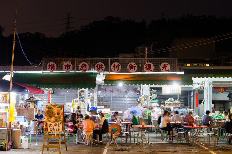 位在光復新村市場前的露天牛肉麵攤,像個小夜市,愈夜人愈多。