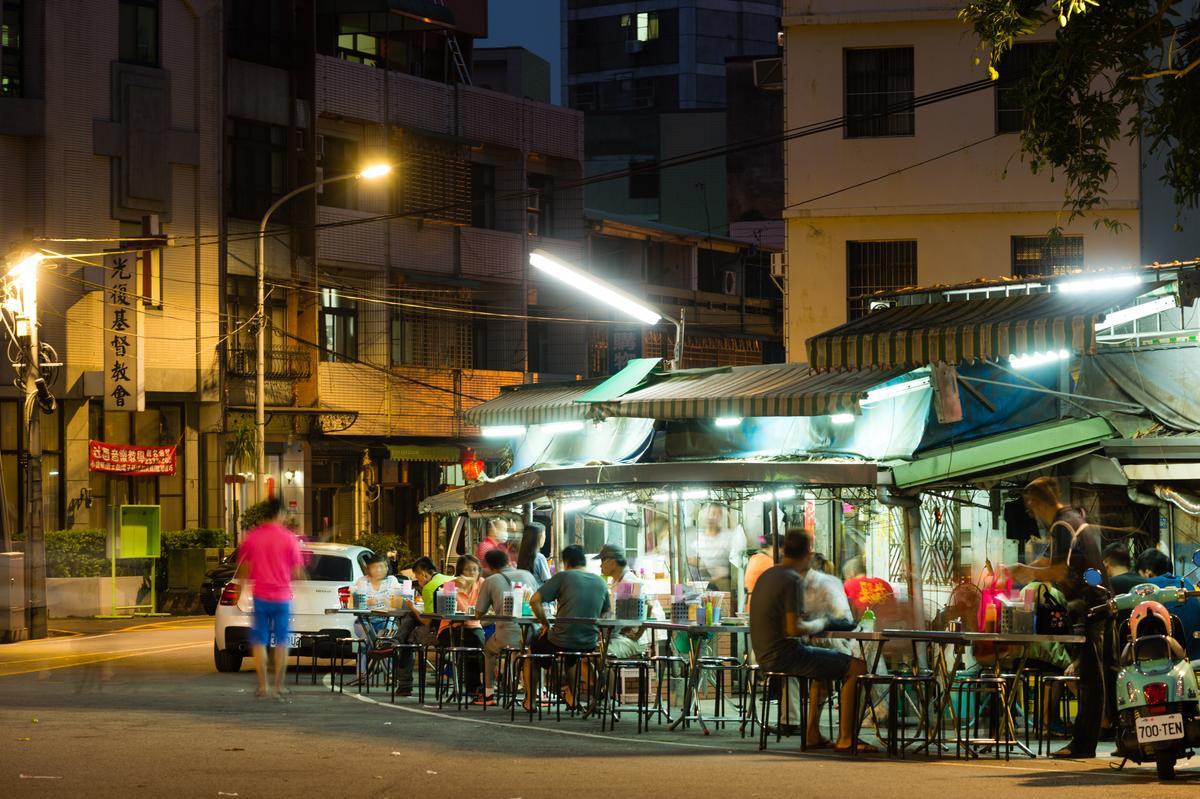 位在轉角的無名麵店,入夜後呈現另一種不同於辧桌的氛圍。