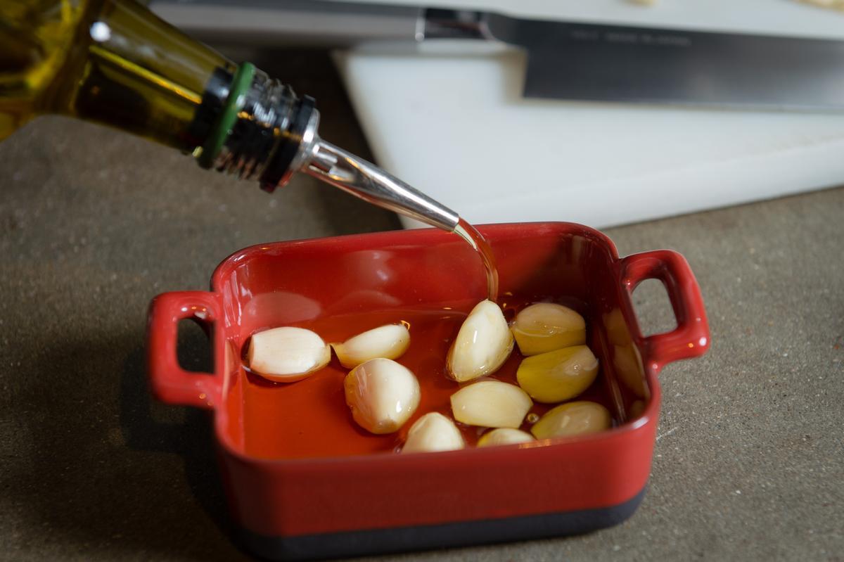 蒜仁浸泡在非初榨橄欖油浸泡裡再放入烤箱。