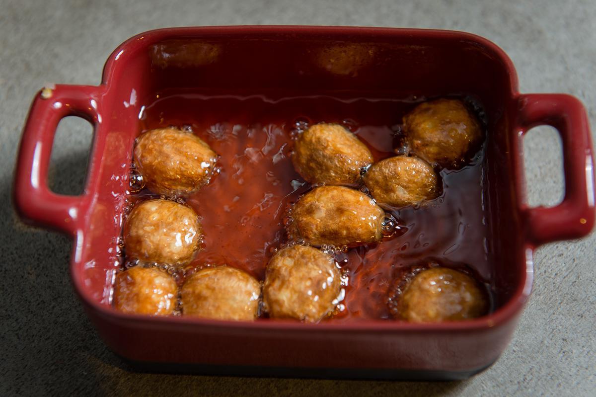 蒜仁烤出金黃色放涼,油別急著倒掉,待會要把蒜仁連油加入醬裡。