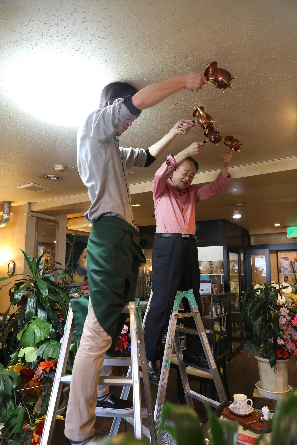 咖啡店最特別的是要將法式歐蕾咖啡壺高高舉起,將咖啡倒入杯中,形成自然的泡沫,也成為來此店喝咖啡最大的噱頭。