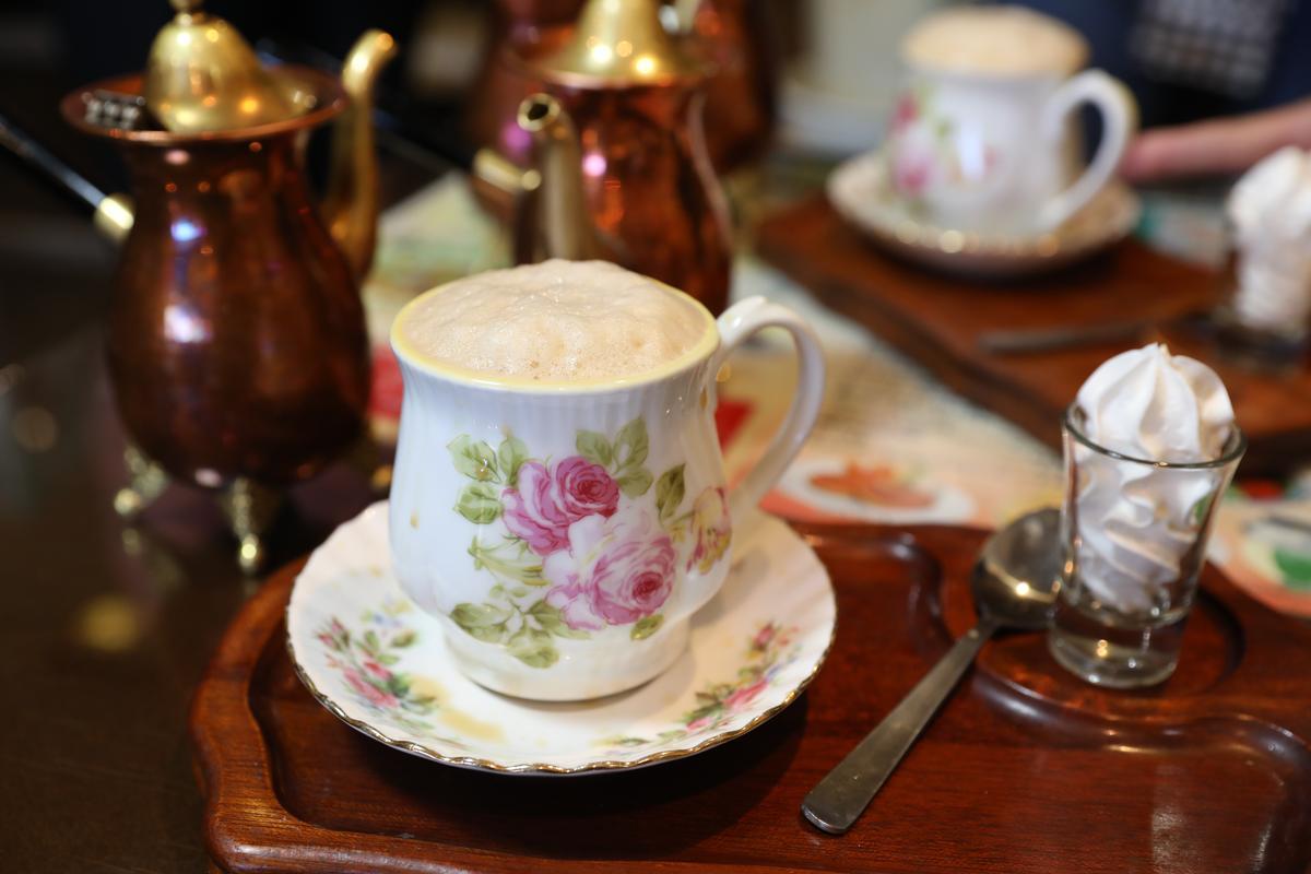 因為特殊倒入咖啡杯的方式形成的天然泡沫。
