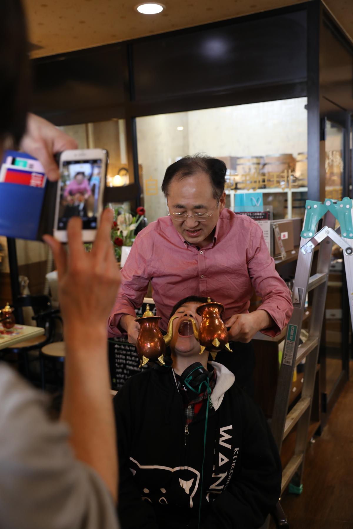 咖啡歐蕾的另類喝法,就是老闆還會將咖啡直接倒入客人的嘴巴裡。