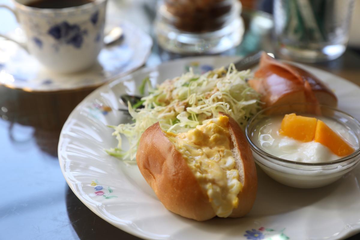 加一點錢,就可以升級為夾著熱騰騰炒蛋的麵包與沙拉套餐。(450日圓/份,約NT$127)
