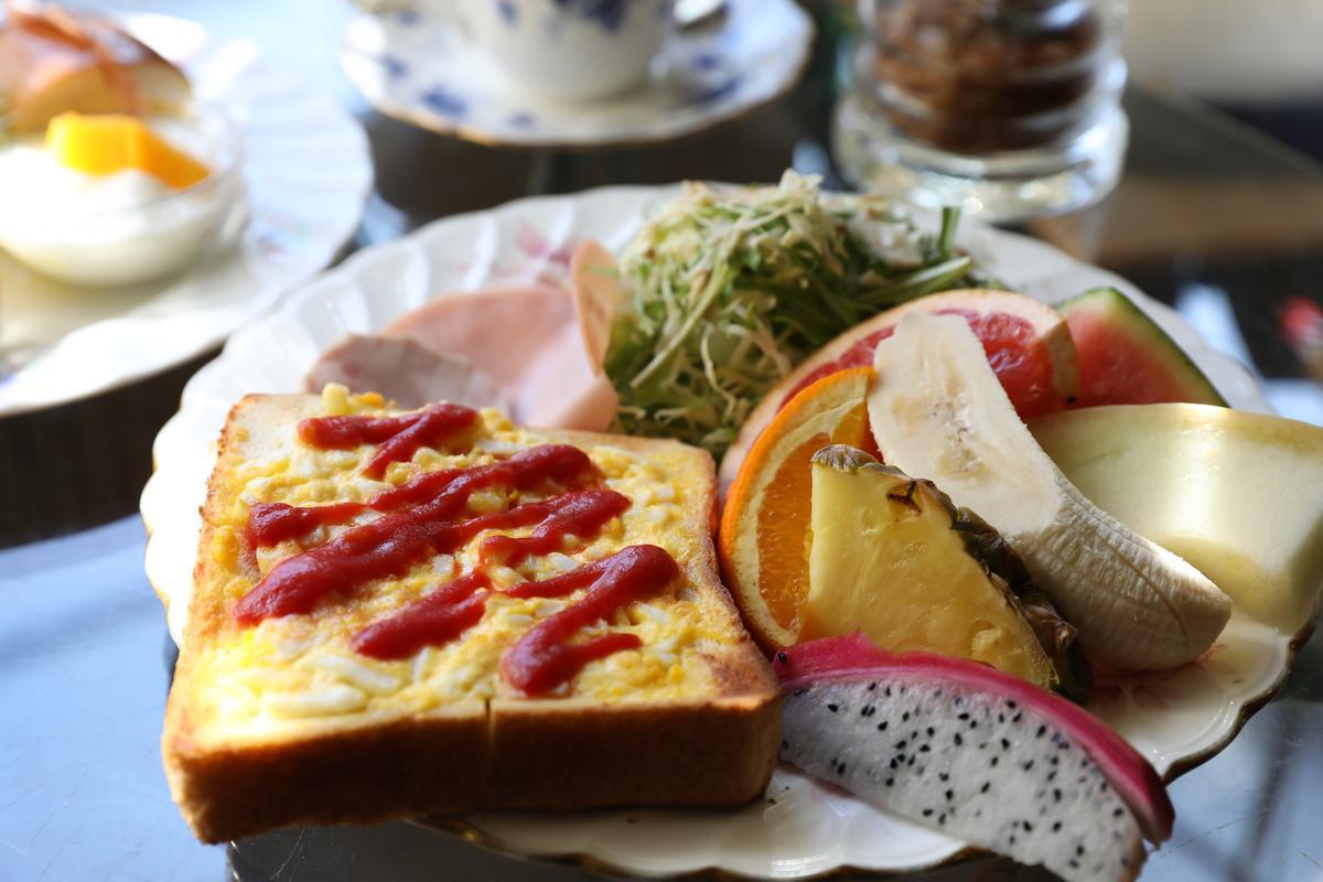 喜歡吃水果的人,也可點這份搭配表面鋪著薄薄一層炒蛋吐司的水果套餐。(600日圓/份,約NT$169)