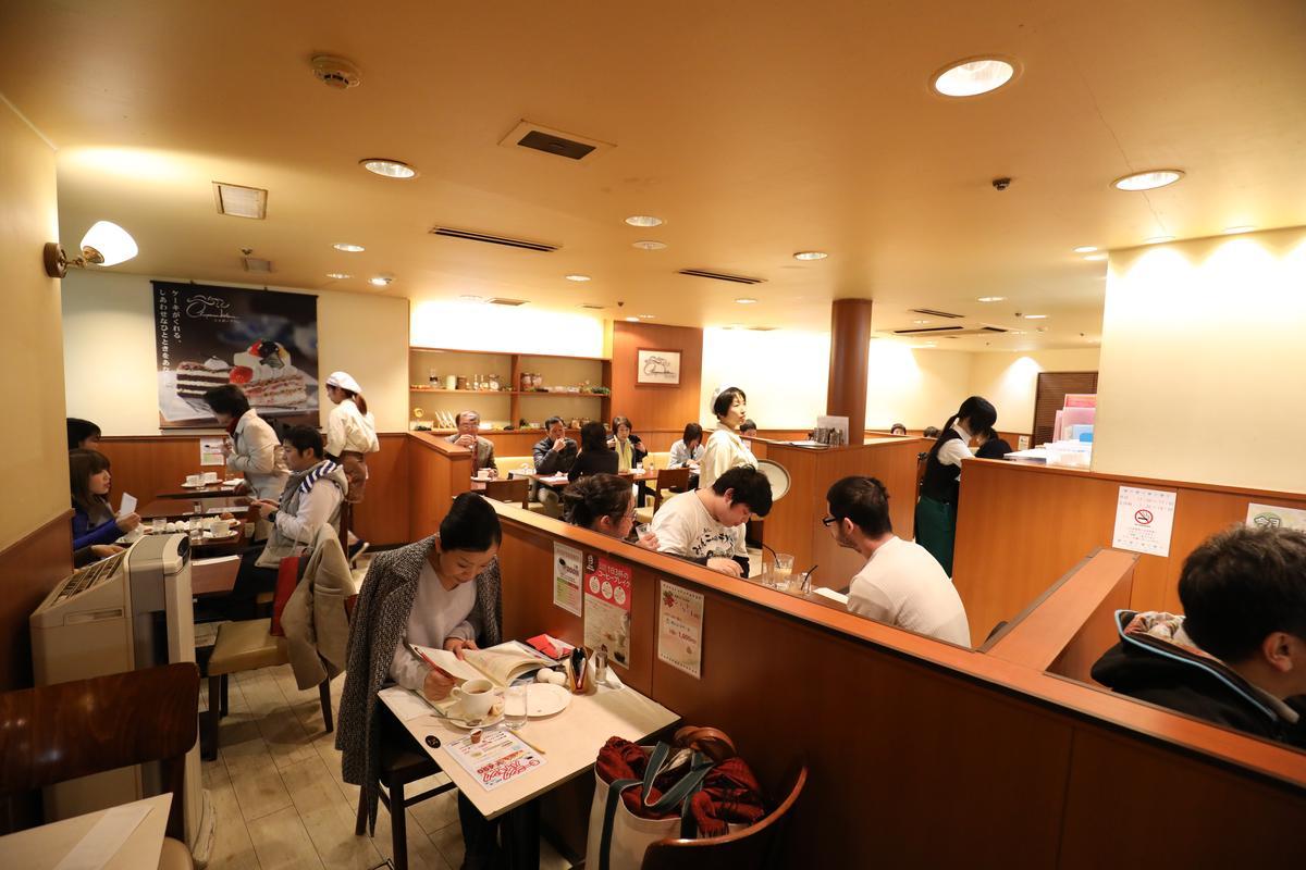 週末大清早,「Chapeau Blanc」咖啡店已擠滿吃早餐的當地人。