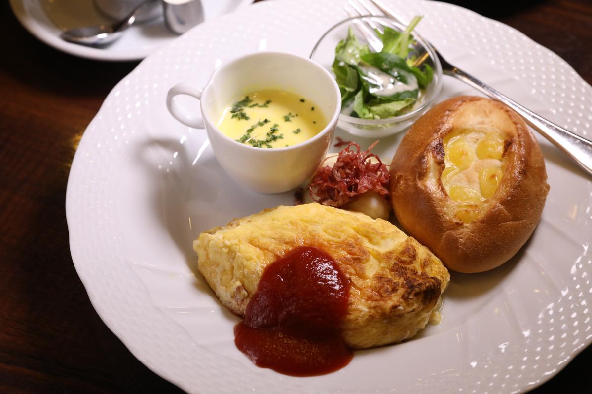 週末假日限定的「歐姆雷與法國麵包套餐」。(700日圓/份,約NT$194)