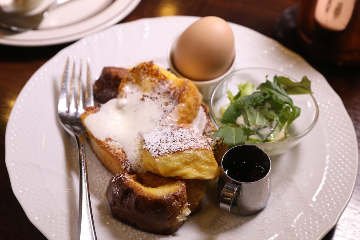 法式吐司、雞蛋、沙拉與1杯咖啡,是豪華版名古屋早餐。(600日圓/份,約NT$169)