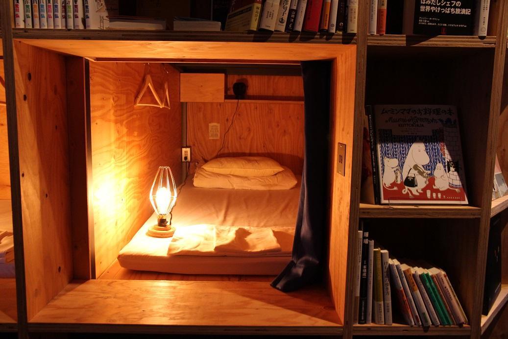 每一個床鋪內都有自己的閱讀燈、小電風扇、插座等。