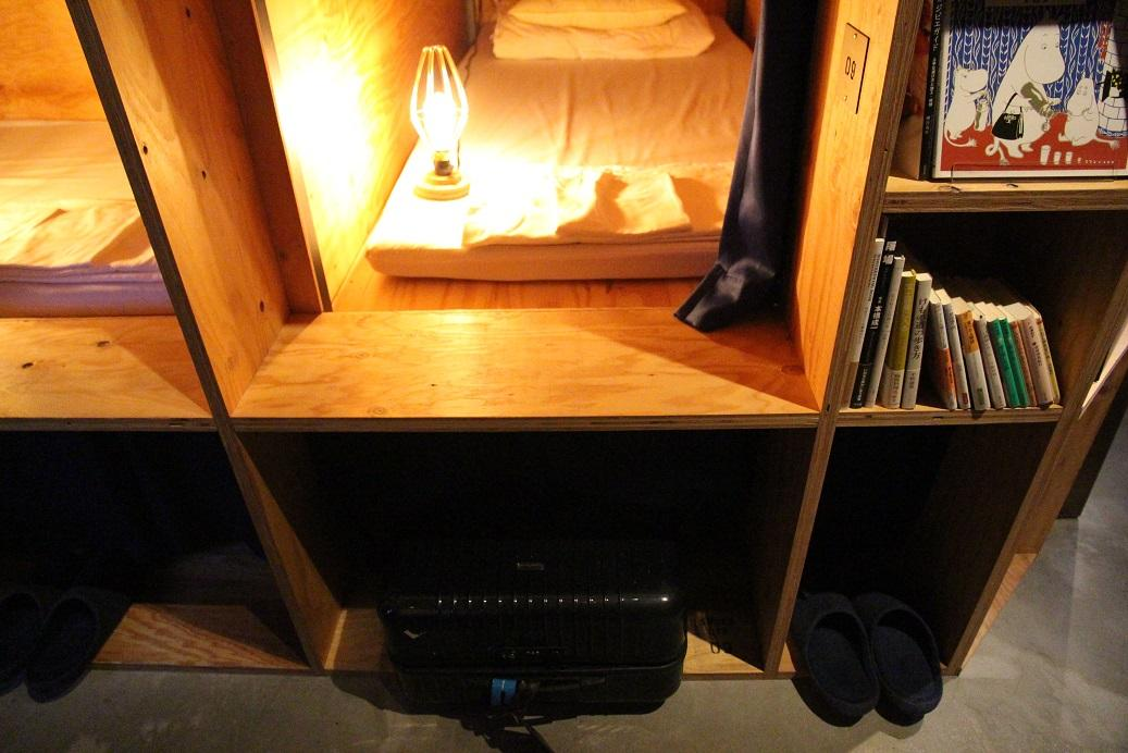 床洞下方也有可以放行李的空間。