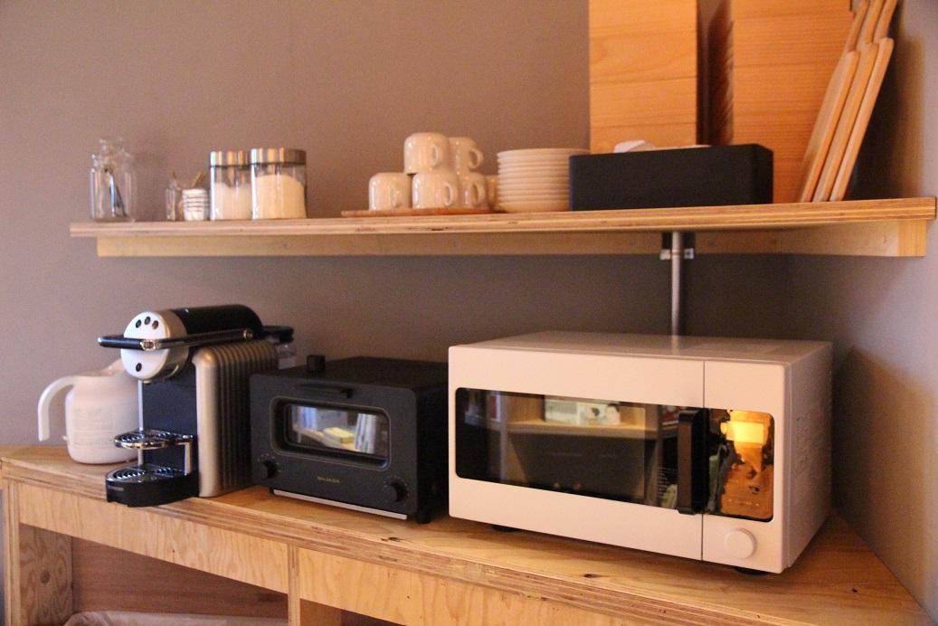 有烤麵包機、咖啡機、微波爐等可以用。