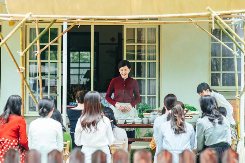 安心亞為揣摩一代烹調名人料理時的架勢及講話方式,安心亞依靠培梅的錄音檔,每天回到家跟媽媽對戲。