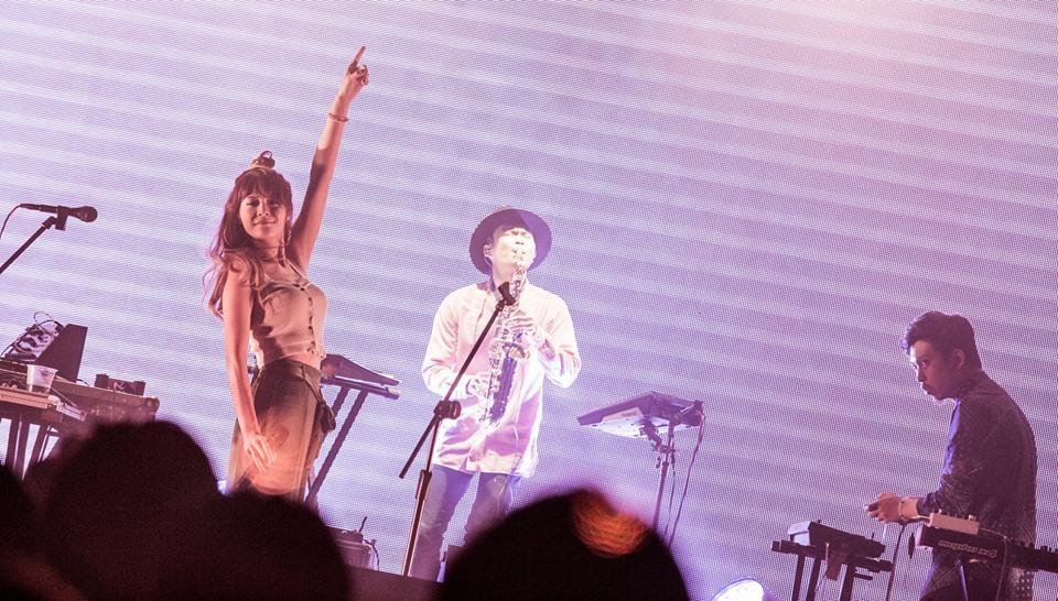 Riin(左)是「女孩與機器人」主唱,有才華,身材辣。(翻攝「女孩與機器人」臉書)