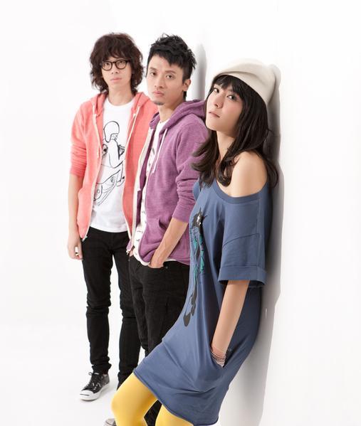 Riin(右)是「女孩與機器人」主唱,有才華,身材辣。(翻攝「女孩與機器人」臉書)